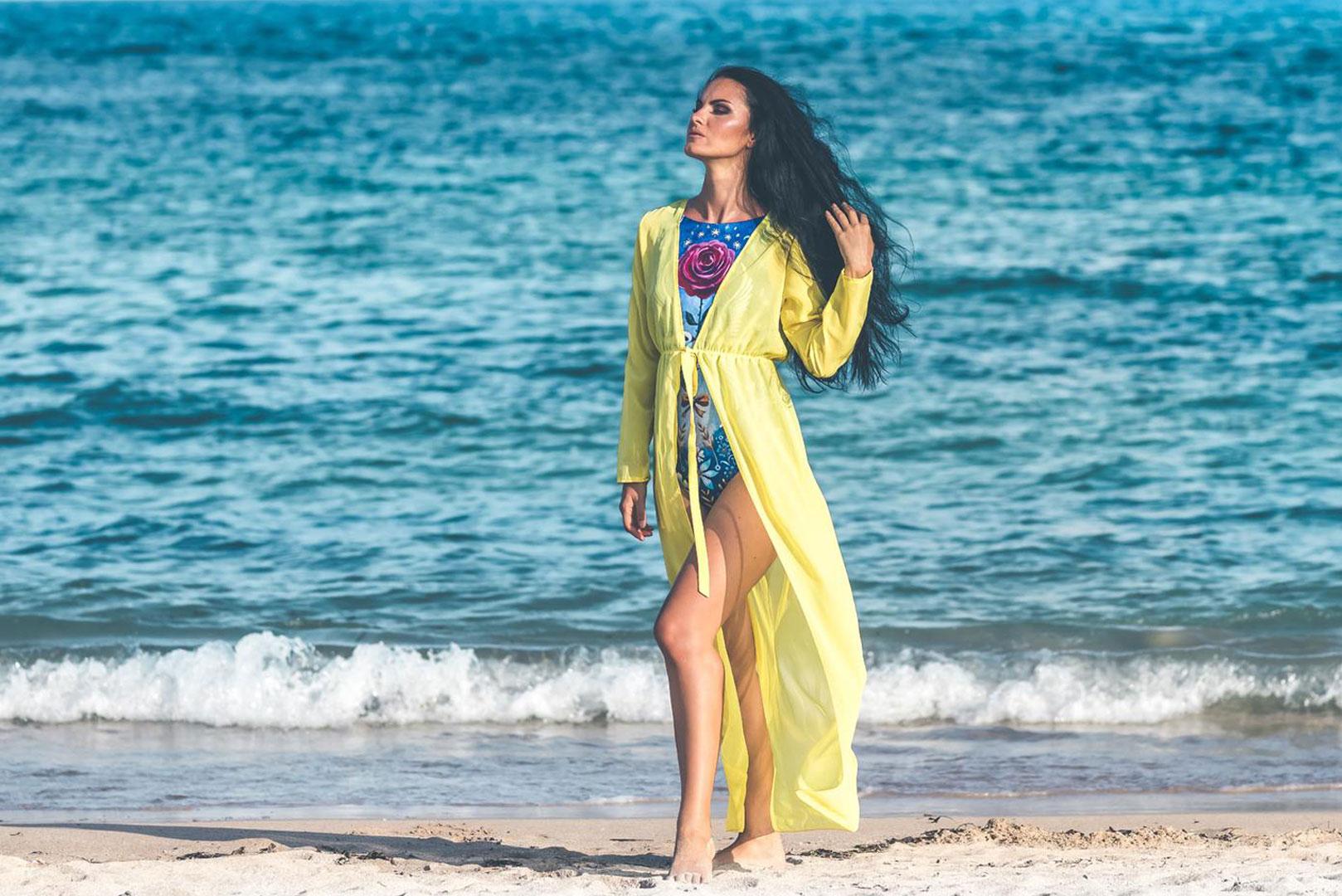 Jolie femme indienne sur la plage