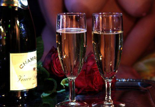 Un couple boit du champagne