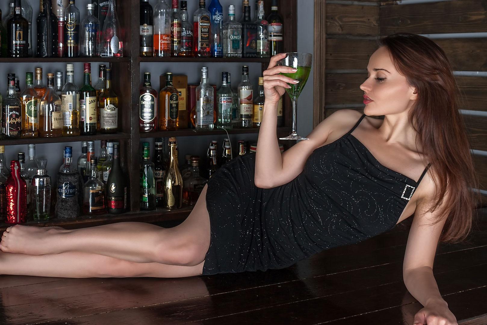 Une jeune femme allongée sur un bar