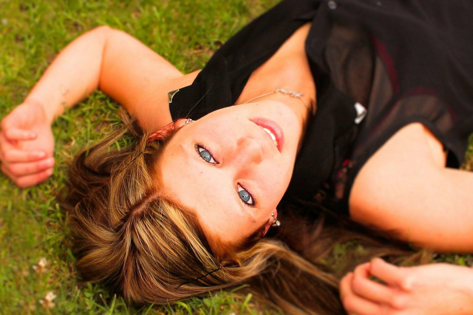 Une femme allongée sur l'herbe