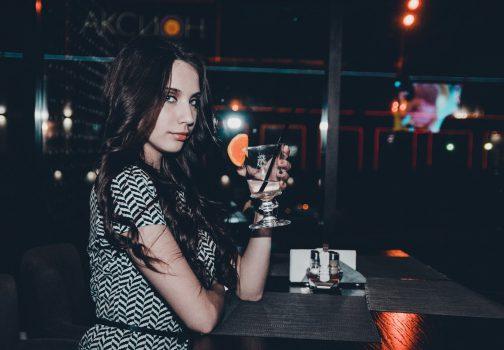 Jolie fille prend un verre au bar