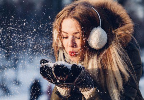 Jeune fille jouant avec la neige