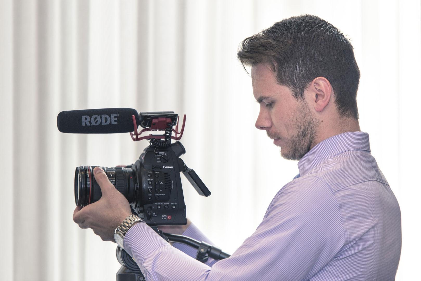 Homme avec une caméra