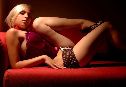 Jeune femme blonde sur un canapé