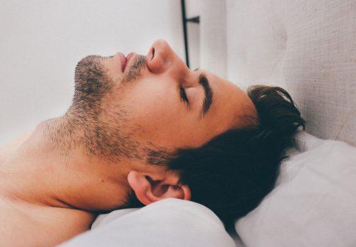 Jeune homme sur son lit