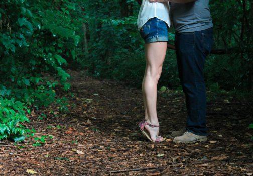 Un couple qui se balade en forêt