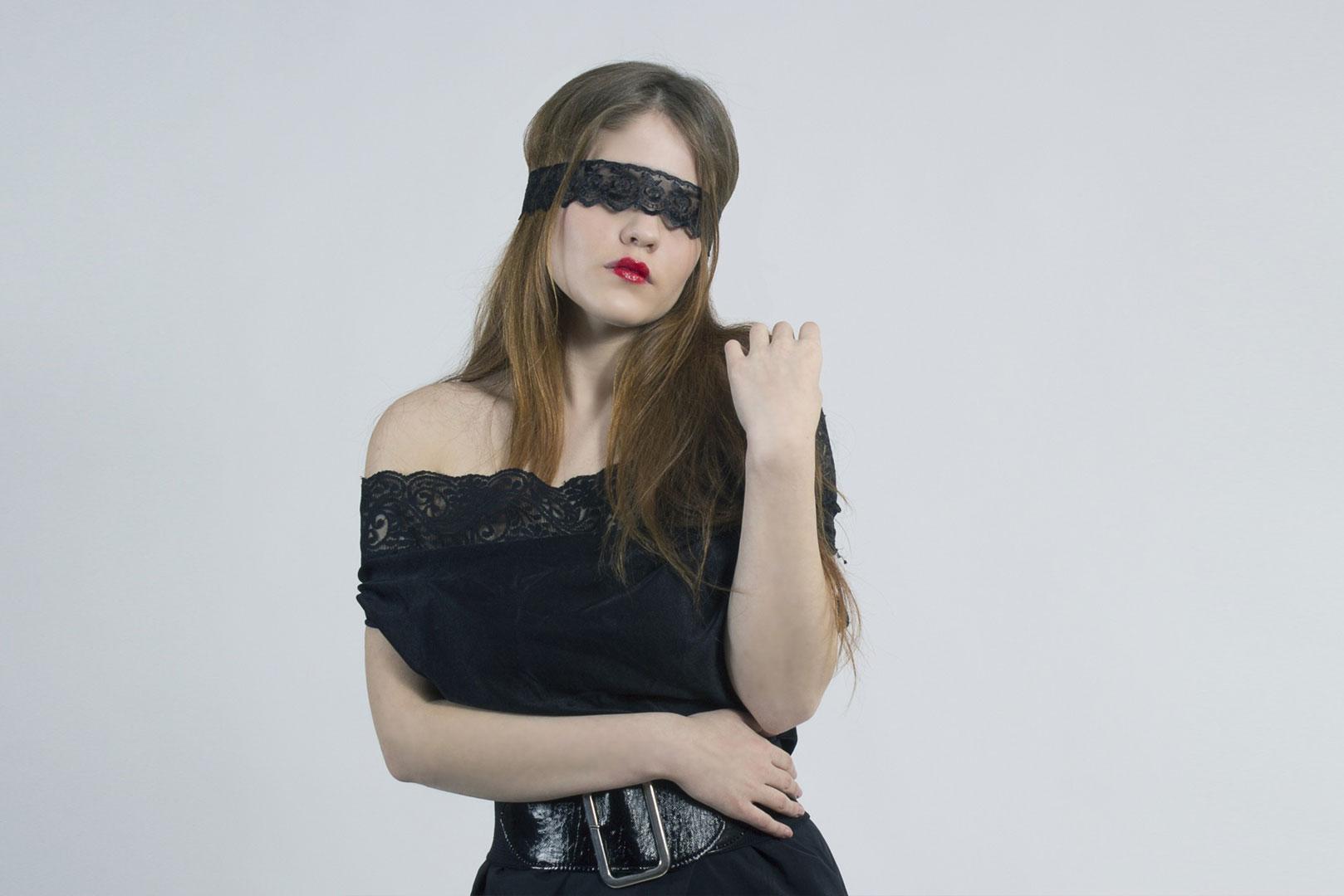 Une femme qui a les yeux bandés